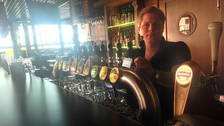 Dan Eriksson har laddat upp med extraöl på sin pub. Foto: Mattias Rensmo/Sveriges Radio.