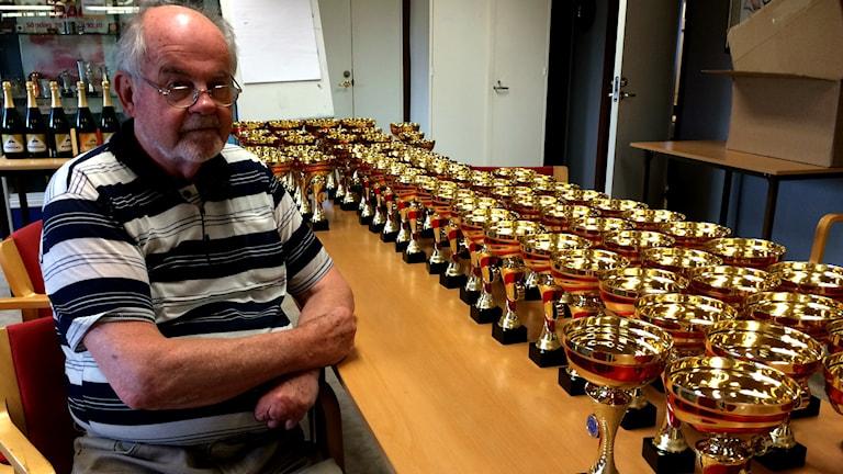 Bo Ståhlberg med alla pokaler som ska delas ut under SM i Crosskart. Foto: Madeleine Nilsson/Sveriges Radio