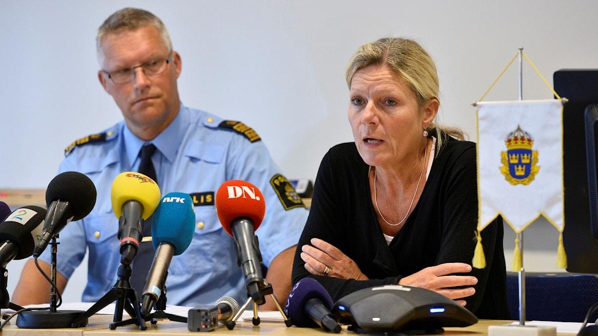 Polisens kommenderingschef Per Ågren och chefsåklagare Eva Morén på presskonferensen. Foto: Anders Wiklund/TT.