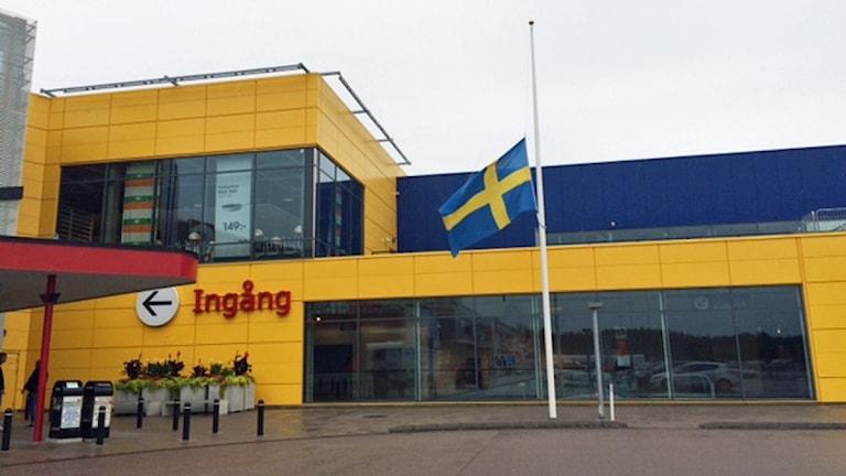 Flagga på halv stång utanför Ikea. Foto: Jenny Rask/Sveriges Radio.