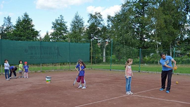 Asylsökande barn går tennisskola i Norberg. Foto: Monica Elfström/Sveriges Radio.