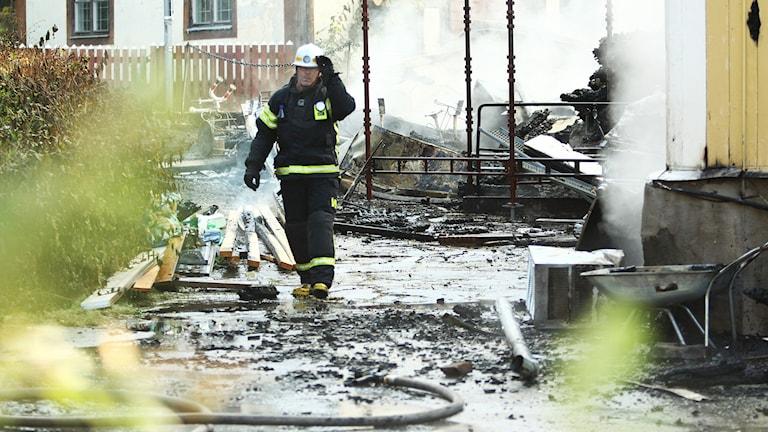 Släckningsarbete vid branden på Elsas i Norberg. Foto: Daniel Gustafsson/Sveriges Radio.