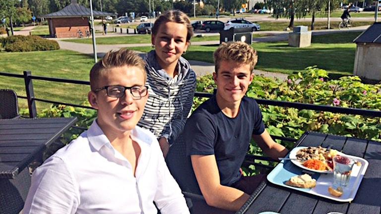 Eleverna Victor Gallien, Jakob Lindbäck och Alice Hast på ABB Industrigymnasium. Foto: Monica Elfström/Sveriges Radio.