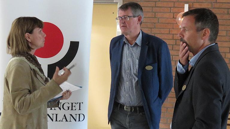 Marie Jacobsson, ordförande i föreningen Balans i Västerås, i samtal med Hans-Ola Sundberg och Claes Swedenborg från psykiatrin i Västmanland. Foto: Monica Elfström/Sveriges Radio.