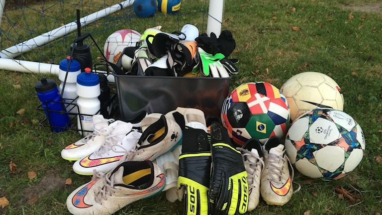 En del av de fotbollsgrejer som Irsta IF har samlat in.