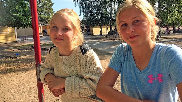 Jenna Andersson och Clara Lostelius Vikman spelar fotboll i Irsta IF. Foto: Johan Bengts/SR.