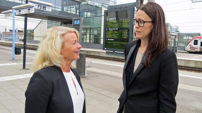 Pia Nilsson socialdemokratisk riksdagsledamot i trafikutskottet och Isabel Dellacasa Lindberg från föreningen TIM-pendlare samtalar på järnvägsstation. Foto: Monica Elfström/Sveriges Radio.