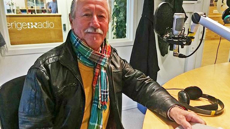 I morse var Hans Stergel här för att prata om idrottskvällen i Västerås i kväll. Foto: Liselotte Karlsson/Sveriges Radio