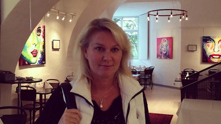Västeråsaren Marit Stjernberg framför sina verk som hänger i restaurangen på Västerås slott. Foto: Sveriges Radio