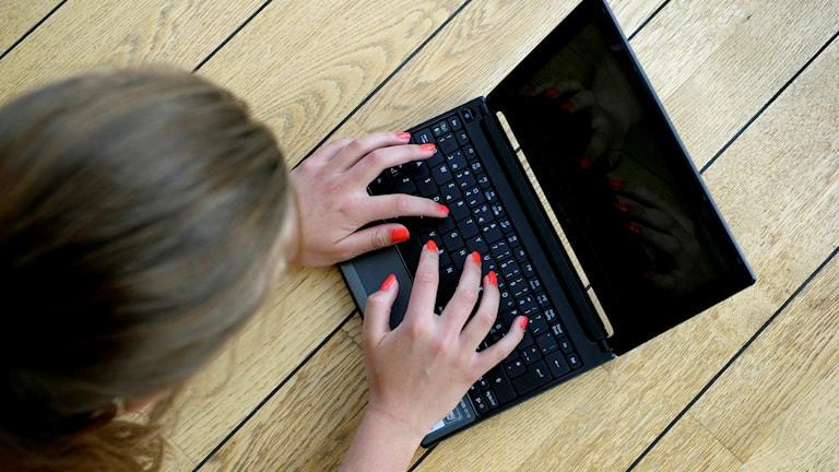 Flicka med bärbar dator. Foto: Janeric Henriksson/TT.