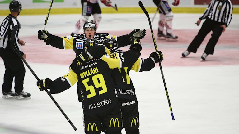 VIK Hockey jublar efter mål av Anton Mylläri. Foto: Daniel Gustafsson/SR.