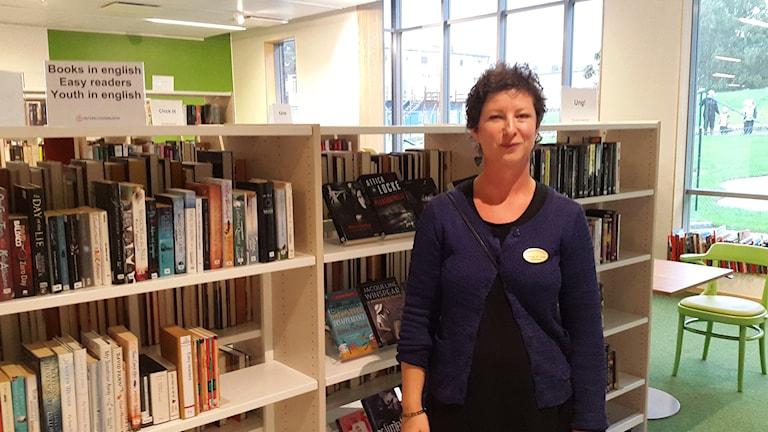 Tinalina Karlsson Glöde är bibliotekarie på Skiljebo bibliotek. Foto: Elza Zandi/SR