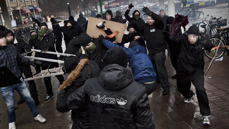 Nazisterna går till attack i Kärrtrop. Foto: Hampus Andersson/TT.