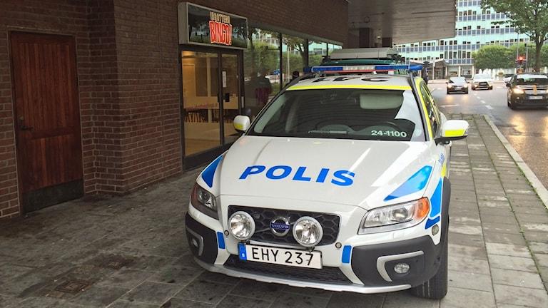 Polisen på plats vid Bingohallen i Västerås. Foto: Sofie Tejre/Sveriges Radio.
