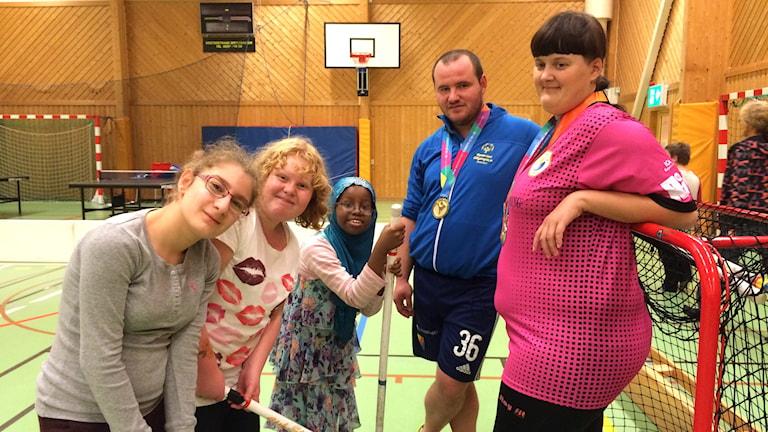 Haneen, Malin och Setri möter Emra Bylbyli och Elin Valborg från tv-programmet Heja Sverige. Foto: Sveriges Radio