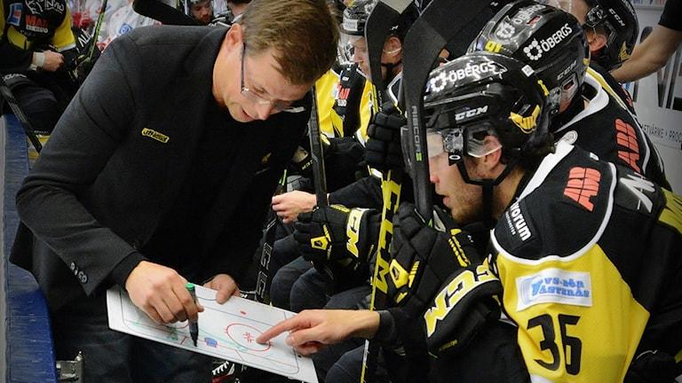 VIK Hockeys tränare Martin Filander med sin taktiktavla. Foto: Rune Åhlén.
