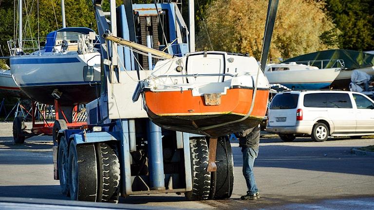 Sista båtarna plockas upp ur Mälaren inför vintern. Foto: Daniel Gustafsson/Sveriges Radio-