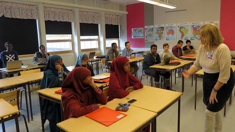 Pirjo Raittimo undervisar i förberedelseklassen på Lindboskolan i Hallstahammar. Foto: Monica Elfström/Sveriges Radio.