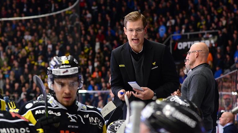 VIK:s tränare Martin Filander manar på. Foto: Mattias Forsberg.