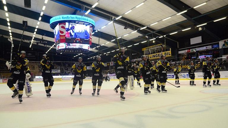 VIK tackar publiken. Foto: Mattias Forsberg.