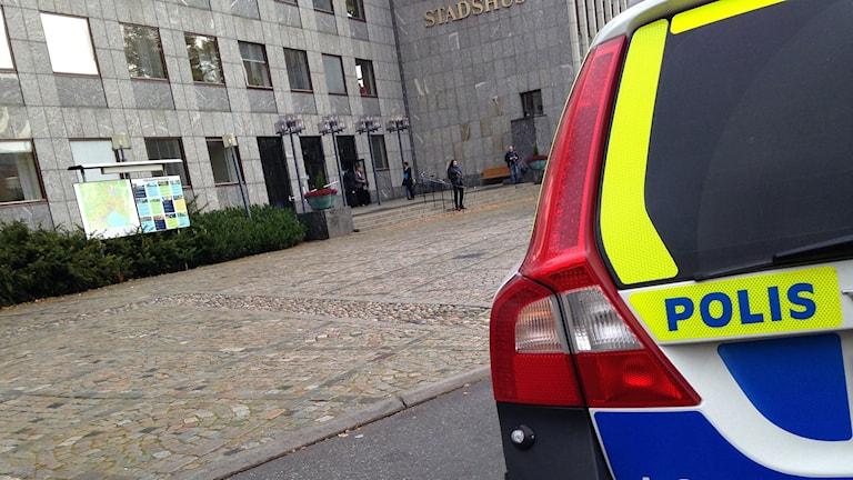 Polisen på plats vid stadshuset i Västerås. Foto: Kennet Lindquist/Sveriges Radio.