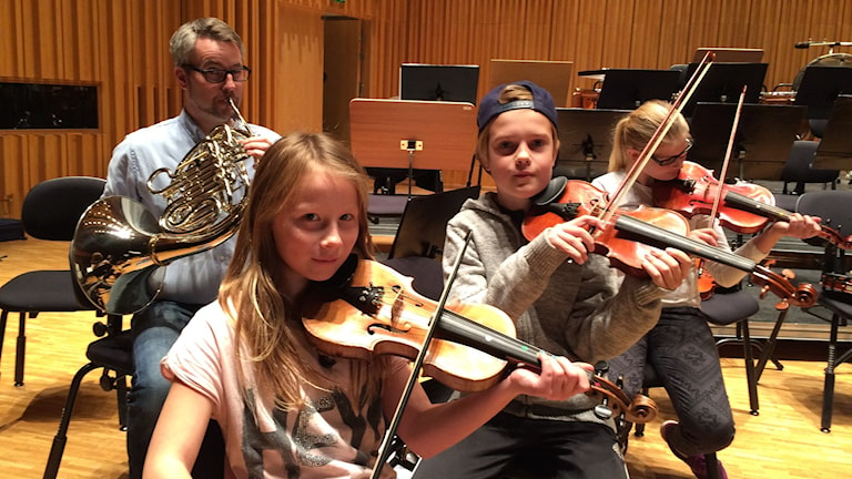 Moa, Darian och Fanny tillsammans med Fagerstas kulturskolechef Stefan Sundquist. Foto: Sveriges Radio