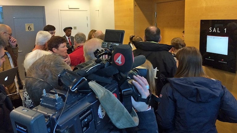 Medieuppbåd utanför rättssalen. Foto: Jenny Rask/Sveriges Radio.
