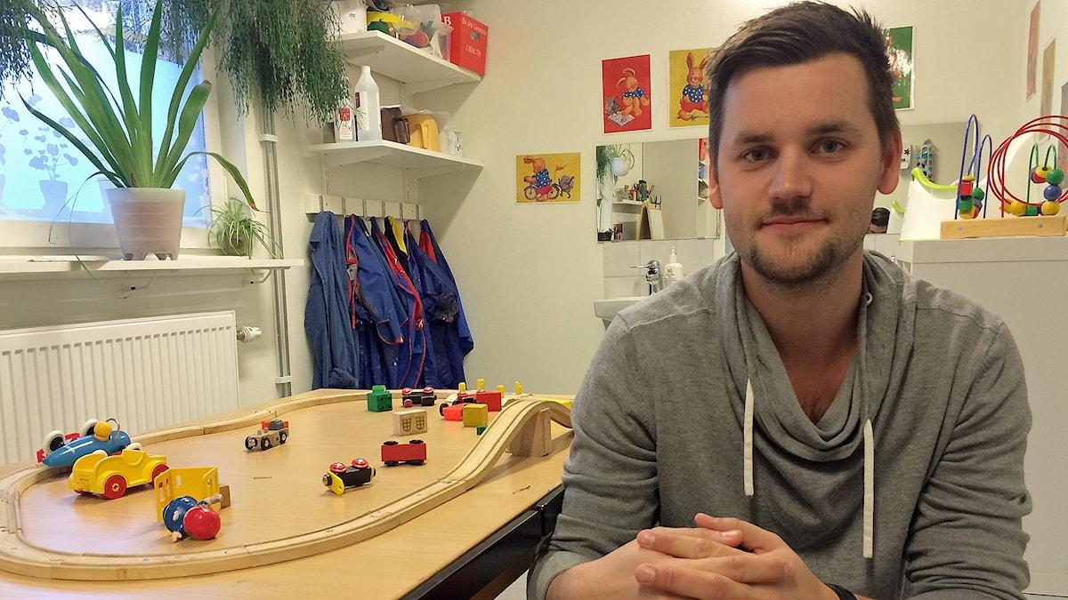 Förskolläraren Anton Fagergren på Bifrostens förskola i Irsta utanför Västerås. Foto: Filip Annas/Sveriges Radio.