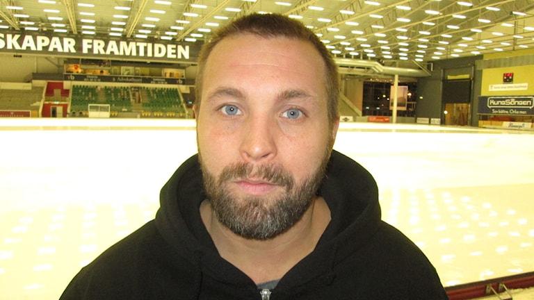 Oscar Robertsson tränare Tillberga Bandy. Foto: Hans Sjöström/Sveriges Radio