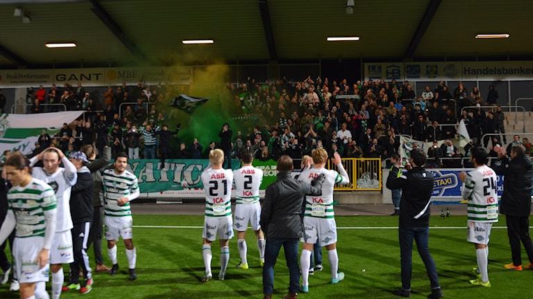 VSK Fotboll jublar med supportrarna efter att kontraktet är klart. Foto: Henrik Lundstedt/SR