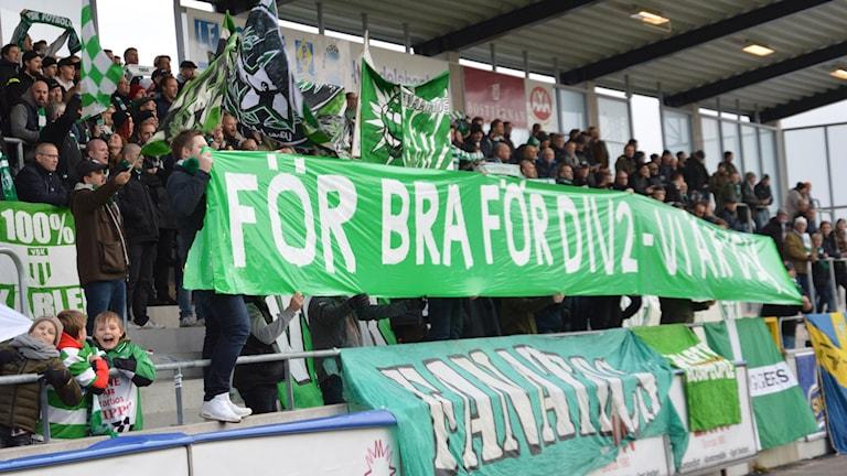 VSK Fotbolls supportrar visar vad det tyckte innan avspark. Foto: Henrik Lundstedt/SR.