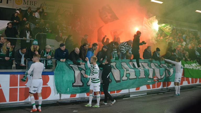 VSK -spelarna tackar supportrarna. Foto: Henrik Lundstedt/SR.