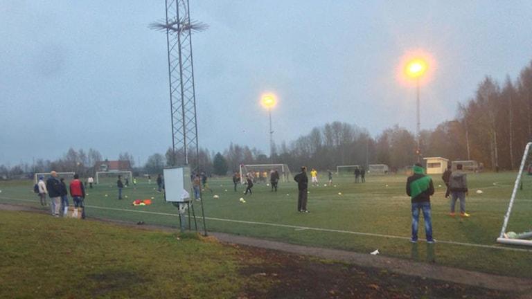 Många asylsökande samlades på Hamre IP för att spela fotboll. Foto: Mattias Rensmo/Sveriges Radio.