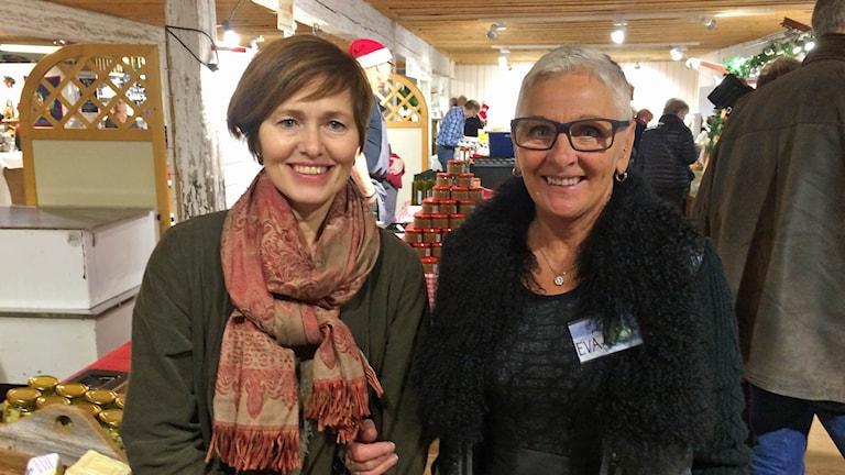 Wenche Engström och Eva Hedlund arrangerar Jul i Färna. Foto: Monica Elfström/Sveriges Radio.