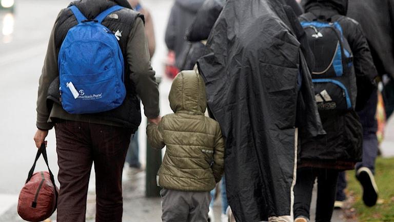 Några flyktingar som nyss anlänt till Sverige. Foto: Drago Prvulovic /TT.