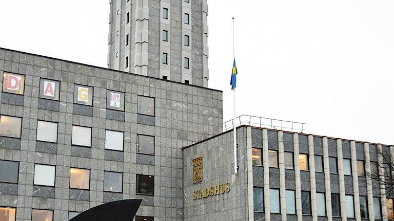 Flaggan vajar på halv stång utanför stadshuset i Västerås efter terrordåden i Paris. Foto: Eva Kleppe/Sveriges Radio.