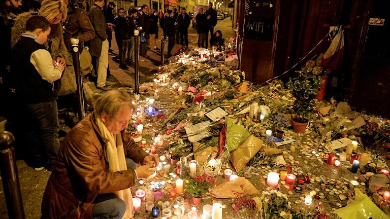 Minnesplats utanför en av restaurangerna i Paris. Minnesplats utanför en av restaurangerna i Paris. Foto: Vilhelm Stokstad/TT.