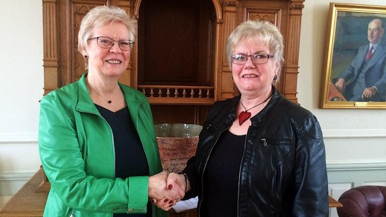 Köpings kommunalråd Elizabeth Salomonsson och Arbogas kommunalråd Agneta Bode. Foto: Terje Lund/Sveriges Radio.