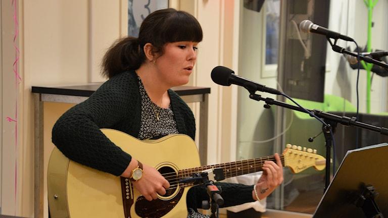 Alice Hartvig live i radiohuset i Västerås. Foto: Eva Kleppe/Sveriges Radio.