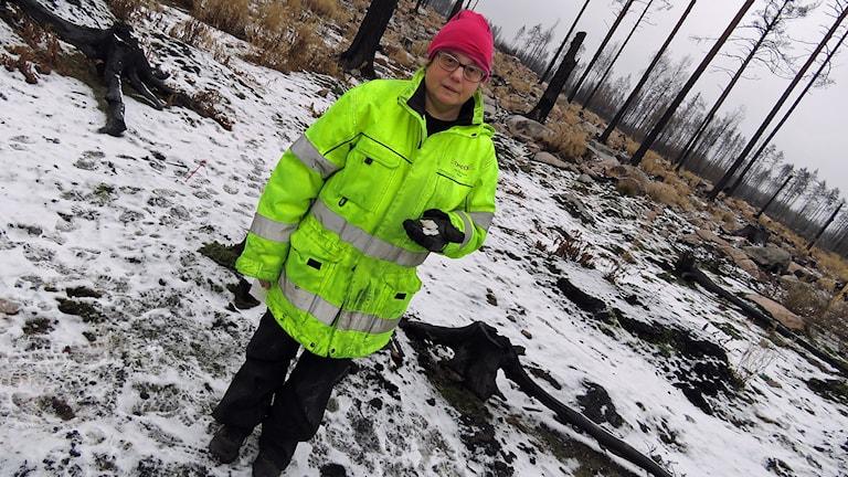 Anette Färjare med stenåldersfynd i handen. Foto: Monica Elfström/Sveriges Radio.