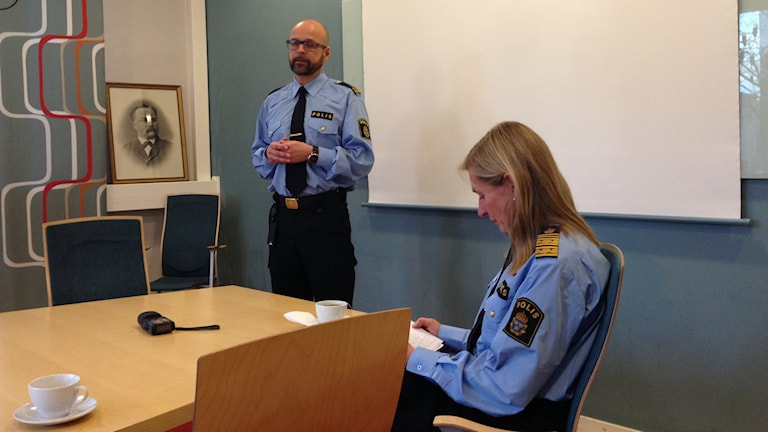 Utredningschefen Andreas Pallinder och Regionpolischef Carin Götblad. Reporter Tomas Magnusson/Sveriges Radio.