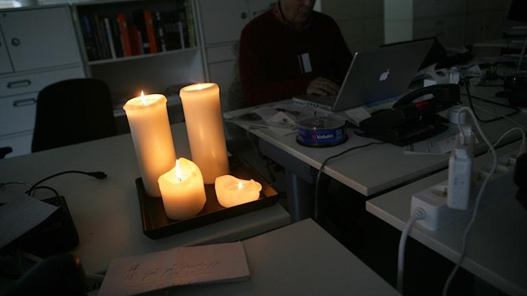 Levande ljus under strömavbrott. Foto: Fredrik Sandberg/TT.