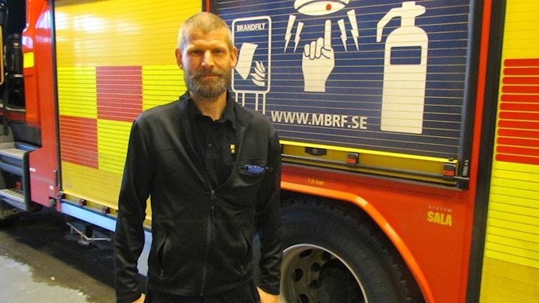 Fredrik Eriksson, brandingenjör vid Mälardalens brand- och räddningsförbund. Foto: Marcus Carlsson/Sveriges Radio.