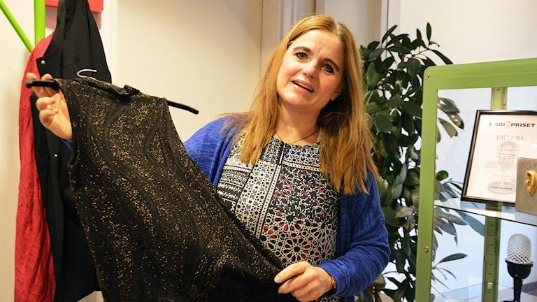 Mycket glitter ska det vara enligt modeexperten Marianne Olsson. Foto: Eva Kleppe/Sveriges Radio.