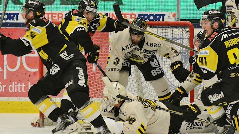 Stefan Gråhns kvitterar för VIK Hockey mot AIK. Foto: Rune Åhlén.