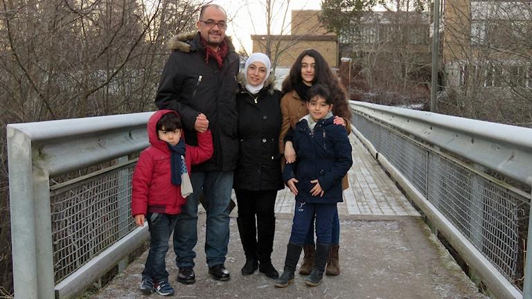 Ayad Awini tillsammans med sin familj, frun Reem och barnen Weam, Lana och Kenan. Foto: Monica Elfström/Sveriges Radio.