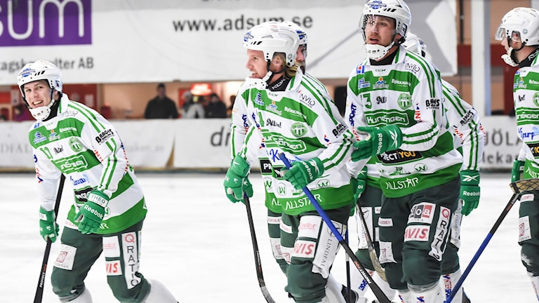 VSK Bandy jublar efter ett mål. Foto: Stefan Lindgren.