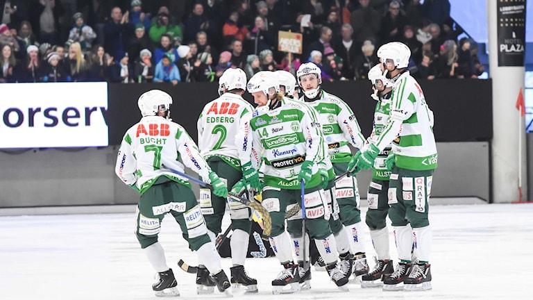 VSK Bandy firar efter ett mål. Foto: Stefan Lindgren.