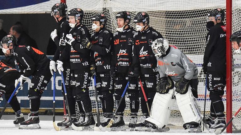 Tillberga Bandy står uppställda för hörna. Foto: Stefan Lindgren.