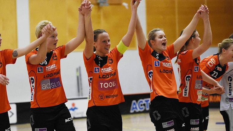Rönnby tackar publiken efter en seger. Foto: Stefan Lindgren.